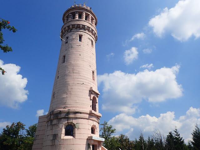Wieża widokowa z początku XX wieku na szczycie