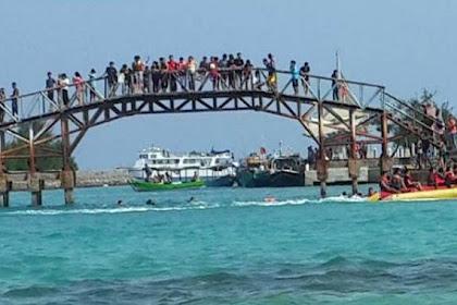 Menikmati Indahnya Pemandangan Laut Dari Jembatan Cinta , Pulau Tidung