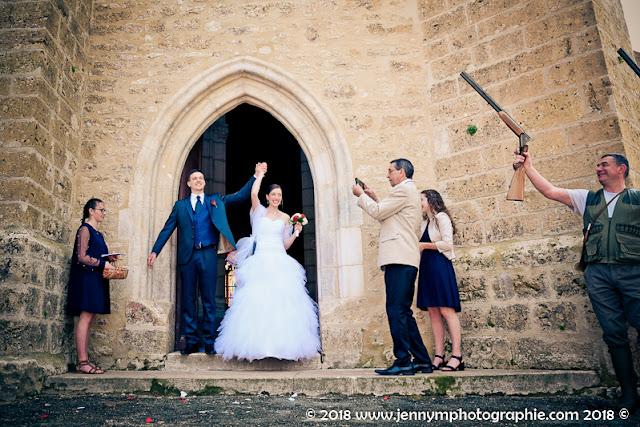 photo sortie de l'église des mariés, ovation des chasseurs