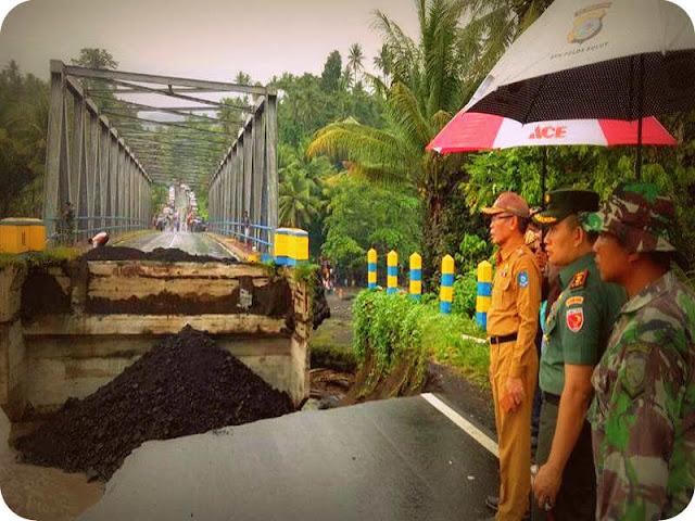 Tri Sugiarto dan Frans Manery Tinjau Lokasi Terputusnya Sambungan Jembatan Mede
