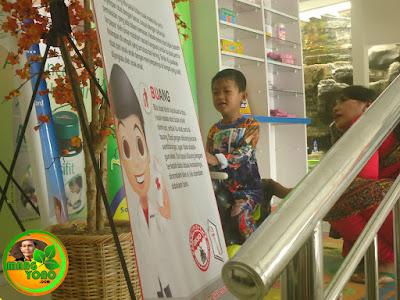 Adek Gigin sedang bermain di apotek Kimia Farma, Subang
