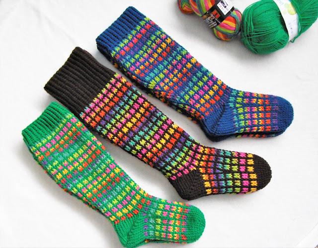 -heegeldatud -põlvikud -sokid -vikerkaar -käsitöö -handmade -kneesocks -rainbow -crochet