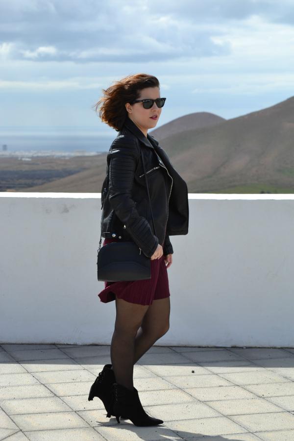 look_vestido_burdeos_cazadora_negra_botines_borlas_zara_lolalolailo_02