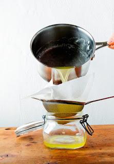 El ghee es la mantequilla purificada, famoso en la India por sus cualidades terapéuticas, es una grasa saludable con múltiples beneficios para la salud.