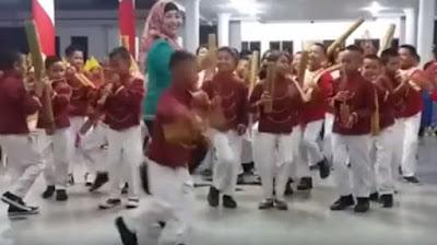 Video Marching Band Siswa Ini Malah Bikin Netizen 'Gemes' Sama Ibu Gurunya