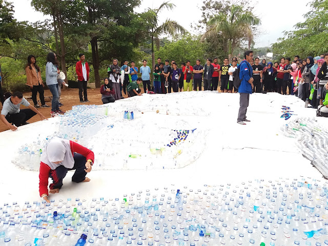 Penandatangan Peta Indonesia dari Botol Bekas