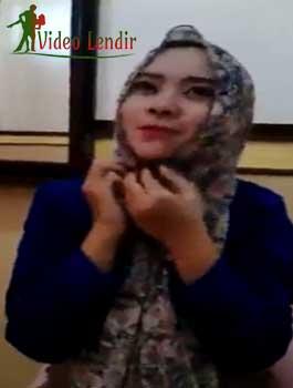 Heboh ABG Jilbab Imut Lucuti Pakaian Sendiri Sampai Bugil