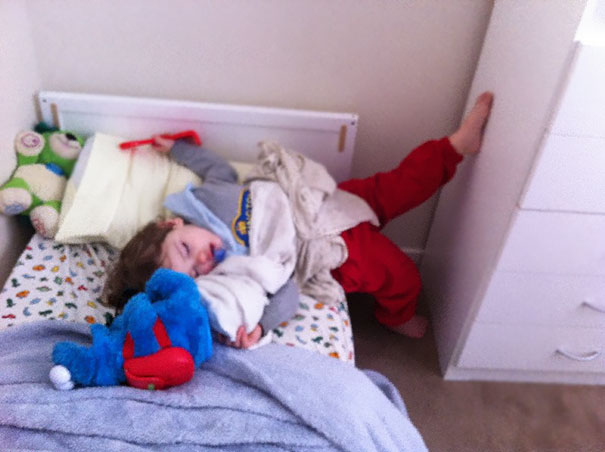15+ Hilarious Pics That Prove Kids Can Sleep Anywhere - Napping While Stretching