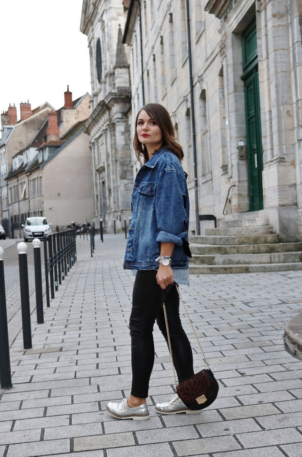 pauline-dress-tenue-look-besancon-veste-denim-lace-up-noir-tregging-chemise-rayee-sac-leo-marche-side