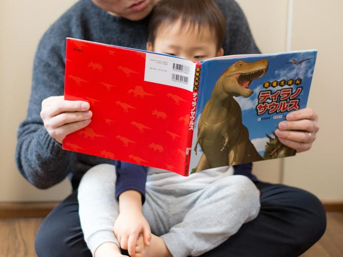 Bố và mẹ, ai là người nên đọc sách tranh cho con nghe?
