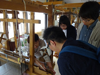 牛首紬は時折米糊をつけるのですが、これは緯糸と経糸を繋ぐ役割をします。