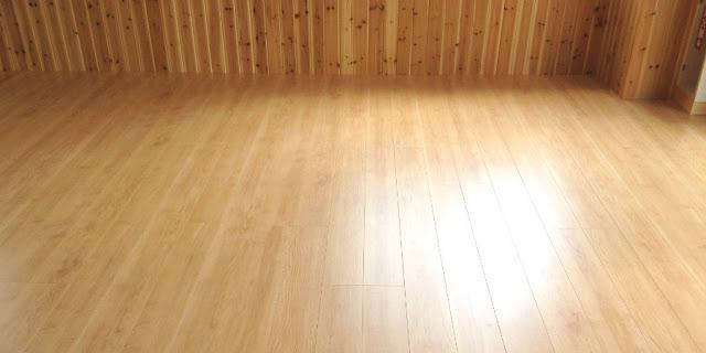 保育園の床にフロア材を施工