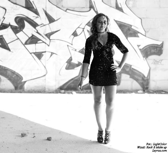 Czarna cekinowa mini sukienka, sandały zamszowe na szpilce, chocker dusik i wisiorek, Muerte make up, Opuszczona galeria Mielec