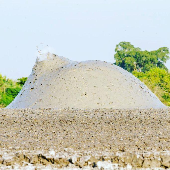 Letupan gas-gas yang bercampur air dan lumpur di lubang kawah Bleduk Kuwu