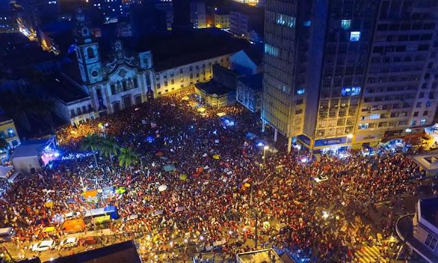 Militantes se reúnem no centro do Recife em ato pró-Haddad