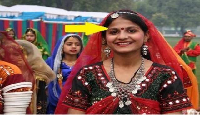 ليست للمتزوّجات.. هذا سرّ النقطة الحمراء على جبين الهنديات سبب لن يخطر ببالكم أبداً...