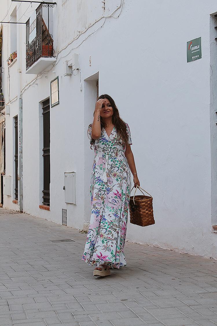 Outfit moda vestido largo bolso mimbre cesta