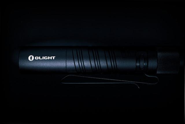 Nacięcia na rączce w latarce Olight i3T EOS