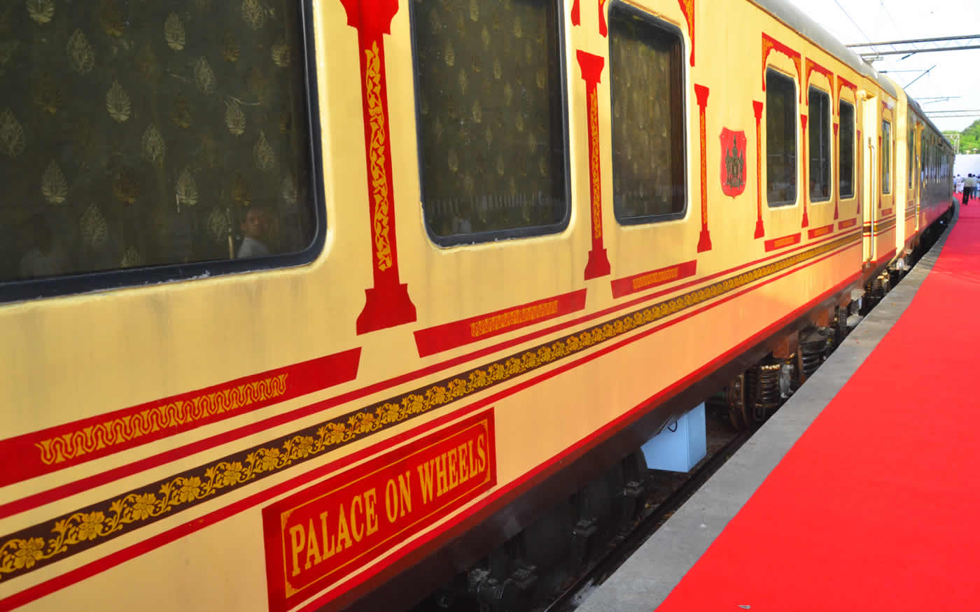 palace on wheels Palace on wheels is a luxury train in india that welcomes you with open arms to experience the heartwarming hospitality embark on a palace on wheels tour to enjoy the royal life style which once only kings used to enjoy.