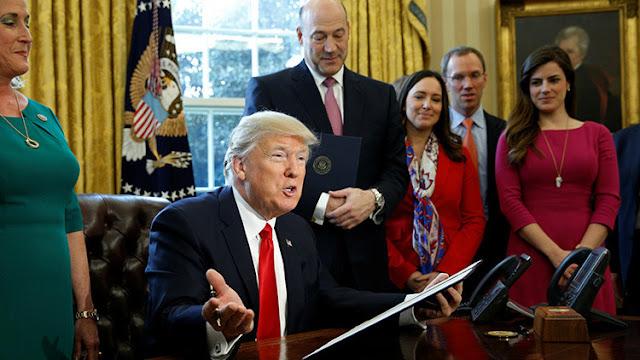 """Trump exigiría a sus funcionarias que """"se vistan como mujeres"""""""