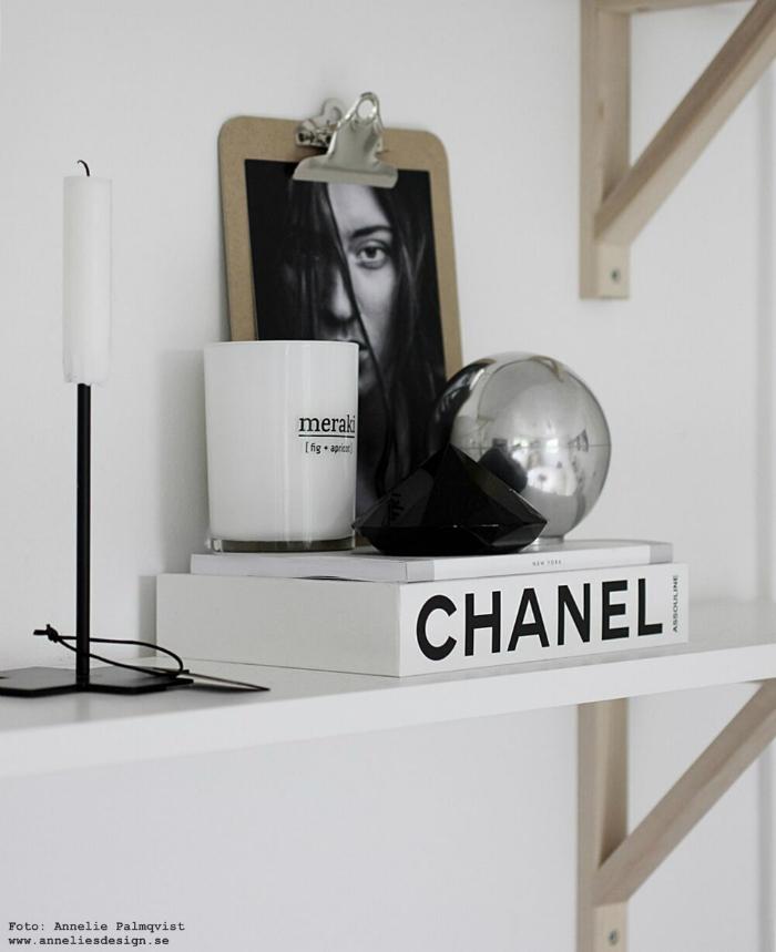 annelies design, webbutik, skål med lock, aluminium, stilleben, hylla, svart, vitt, silver, grått, chanel, bok, diamant, meraki doftljus, modellbild, candle cross, ljusstake,