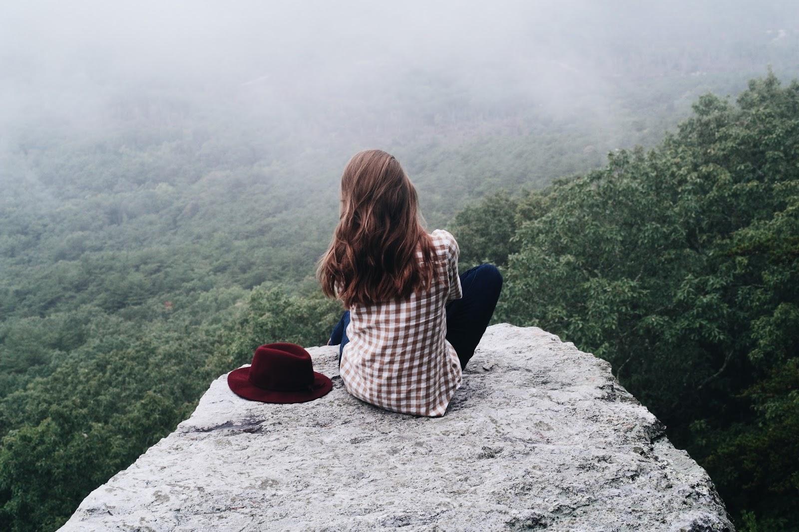 O desafio da espera, eu escolhi esperar, esperar em Deus, garota sentada em um lugar bonito, Blog para garotas cristãs, por Milene Oliveira