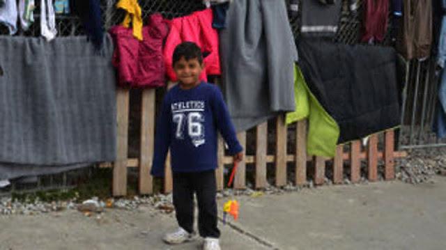 """Δ. Σφυρής: Απροειδοποίητα """"πάρκαραν"""" 450 μετανάστες στο Πόρτο Χέλι - Χωρίς υποδομές και γιατρούς 150 παιδιά"""