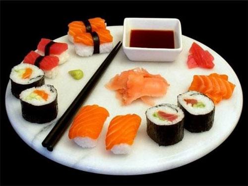 Làm sushi Nhật Bản với mành tre