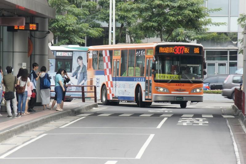 飛行場の測候所: 為大有巴士加油之旅