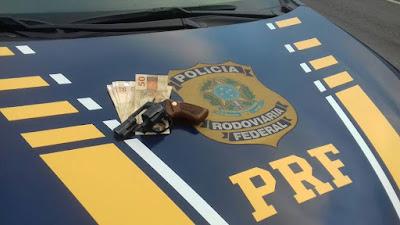 PRF apreende revólver com queixa de roubo na Régis Bittencourt