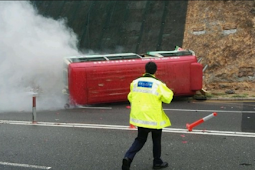 Kecelakaan Mini Bus Merah karena jalanan licin, 3 orang terluka