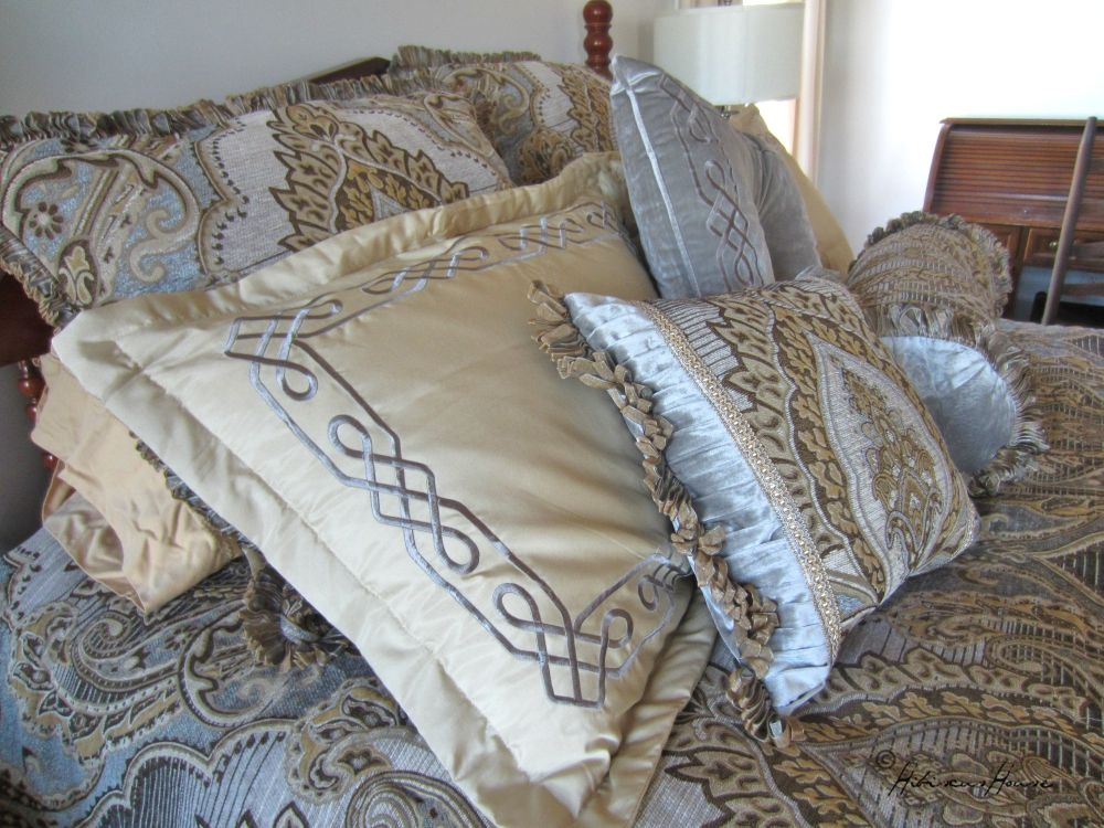Perfect The striking wallpaper found in the Claude Room was the inspiration for this pelling bed ensemble