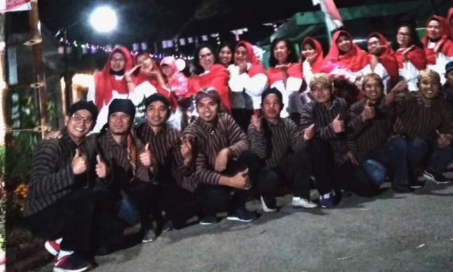 """Indikatormalang.com - Mengambil semangat Kemerdekaan warga Permata Regency I, RT 05 / RW 12, Ngijo Karang Ploso Kabupaten Malang deklarasikan Gerakan Guyub - Rukun, Minggu (19/8/18).     Sebagai bentuk kampanye gerakan tersebut, warga bergotong royong membersihkan komplek dan menghiasinya dengan pernak-pernik kemerdekaan RI yang ke- 73.    Selain itu, warga juga mengemas gerakan tersebut dengan kegiatan Pertandingan olah raga. Beberapa oleh raga yang dipertandingkan dalam kegiatan tersebut diantaranya Bola Voli, Bulu Tangkis, Catur, Senam Kebugaran, dan menghias gang rumah masing-masing warga.    """"Kegiatan ini dilakukan oleh warga untuk memperingati kemerdekaan"""" tutur Ferdi Salah satu warga yang terlibat dalam kegiatan tersebut saat ditemui oleh Indikator Malang.    """"Kami ingin mengambil semangat kemerdekaan untuk mempererat tali silaturahmi antar sesama warga"""" tambah Ferdy.    Masih menurut Ferdy, selama ini kebanyakan warga sibuk dengan pekerjaan masing-masing. Harapannya dengan adanya momen 17 Agustus wargabisa bersama-sama meluangkan waktu untuk membersihkan lingkungan, meskipun kegiatan tersebut dikemas dalam bentuk perlombaan.    Kerja keras warga ahirnya diganjar dengan prestasi yang membanggakan. Dalam kegiatan tersebut mereka berhasil keluar sebagai juara dua.    """"Tapi bukan itu prioritas kami, yang penting warga mau guyub, rukun, dan bergotong royong, dan terus berlanjut hingga seterusnya. Yang paling penting warga tetap berkomitmen untuk menjaga semangat ini"""" pungkas Ferdy."""