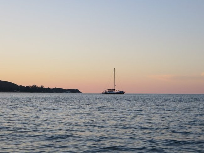 Корабль в море во время заката