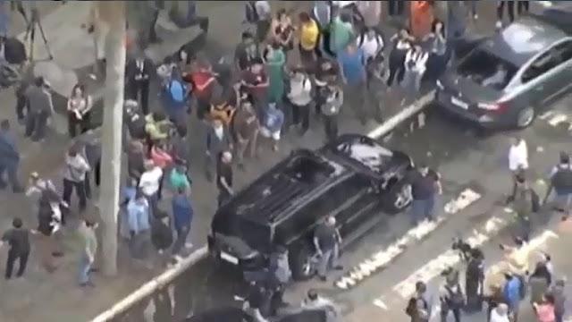 Bolsonaro retirando-se da zona eleitoral na Escola Municipal Rosa da Fonseca, Vila Militar, RJ. (Foto: Reprodução/Internet)