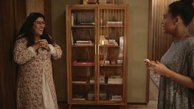 Lurdes (Regina Casé) parabeniza Vitória (Taís Araujo) por gravidez, em 'Amor de Mãe' — Foto: Globo