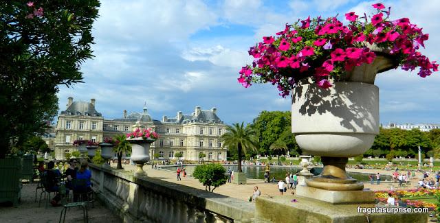 Jardins de Luxemburgo: a Grand Bassin e o antigo Palácio de Maria de Médici, hoje sede do Senado Francês