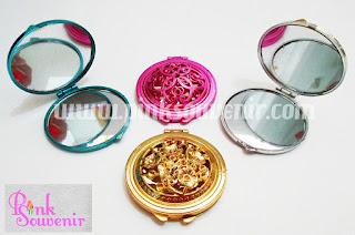 Souvenir  Pernikahan Murah dan Unik di Bekasi Souvenir Cermin Ukir.