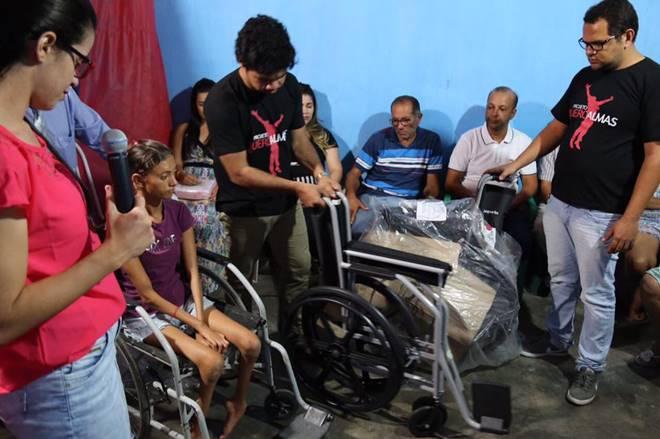 Samuel Mariano entregando cadeiras de rodas