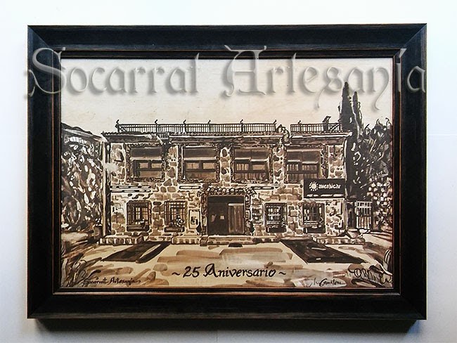 Socarrat artístico con la imagen de la facahada de la casa rural Avenjúcar, Alcalá del Júcar. Este socarrat se regaló como 25 aniversario de Avenjúcar. Socarrat Artesanía. Soc-Art. Camateu