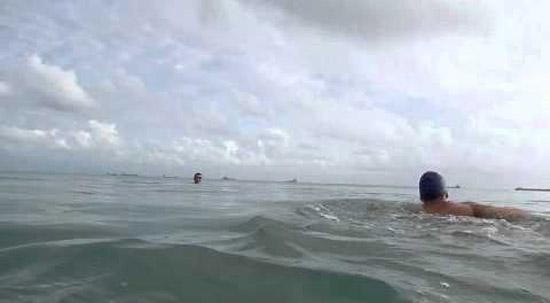 Nadando na praia
