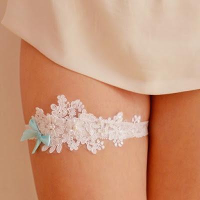 koronkowa podwiązka ślubna ręcznie wykonana Anelis Atelier niebieska kokardka