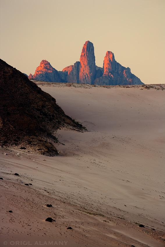 Pináculos del Pico Mashanig tras una duna Isla de Socotra Yemen