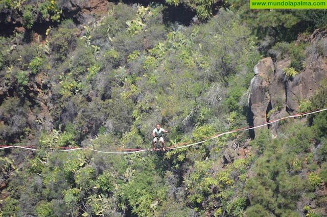 Un funambulista desafía la gravedad en el barranco de Izcagua