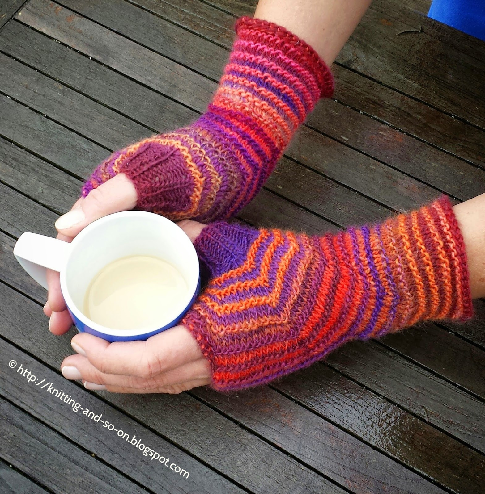 Free Knitting Pattern: Hexagon Mitts in Two Colors