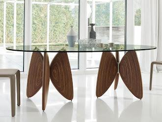 Ayakları ahşap kelebek biçiminde yapılmış cam masa
