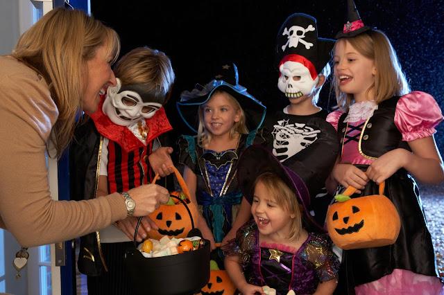 """""""Trick-or-treating"""" là một phong tục cho trẻ em vào đêm Halloween"""