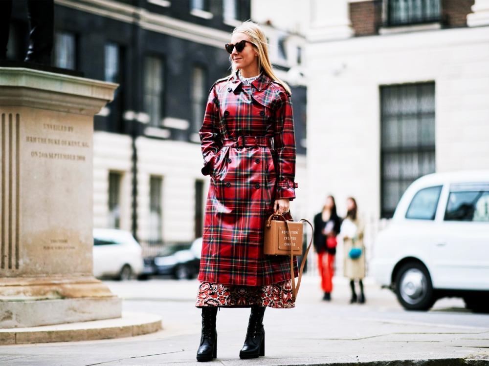 Auf der Fashion Week in London gesichtet: Langer Regenmantel mit Karomusterung zum Maxi-Kleid und derben Boots
