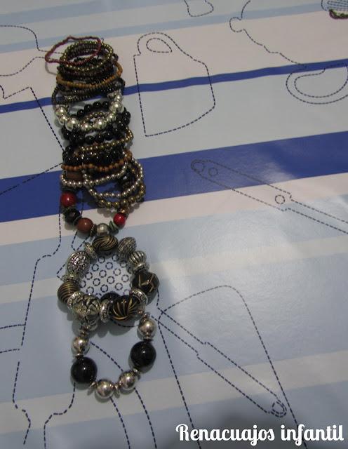 Jugando con collares y pulseras