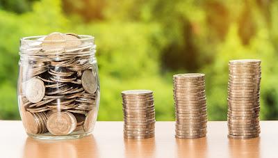 Dinero en monedas colocado en montones